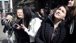 Justin Bieber -fanit kokoontuvat hotelli Kämpin edustalla torstaina.