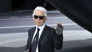 Saksalainen muotisuunnittelija Karl Lagerfeld Pariisin muotiviikolla 5.3.2013.