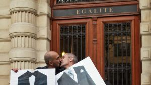 Miespari suutelee toisiaan Ranskan hyväksyttyä samaa sukupuolta olevien avioliitot.