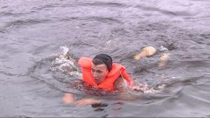 Tuomas Jalonen piti melkoista kiirettä kauhoessaan rantaan.