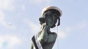 Helsingissä Mantan patsas sai lakin kutreilleen, Vappuaaton viettoa Helsingissä 30. huhtikuuta 2013.