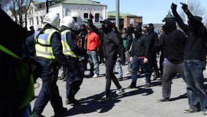 Poliisi ja mielenosoittajia Jönköpingissä 1. toukokuuta.