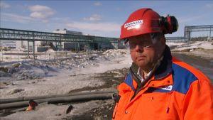 Pekka Perä Talvivaaran uraanin talteenottolaitoksen edessä.