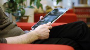 Henkilö käyttämässä iPadia.