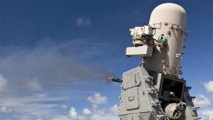 USS Cowpens -ohjusristeilijälle sijoitettu Phalanx-ohjustorjuntajärjestelmä tulittaa harjoitusmaalia.