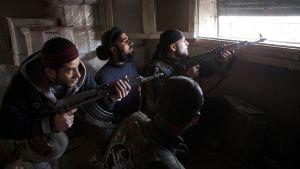 Kapinallistaistelijoita asemissa Aleppon vanhassa kaupungissa.
