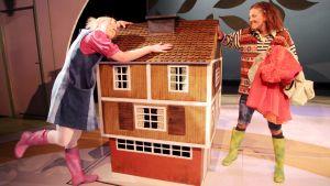 Pihla Penttinen ja Kreeta Salminen näyttelevät Onneli ja Anneli -näytelmässä.