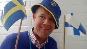 Kaj Kunnas Ruotsin ja Suomen lippujen kanssa.