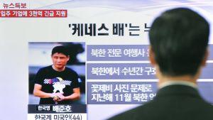 Ohikulkija seurasi Soulissa 2. toukokuuta lähetettyä tv-uutislähetystä, jossa kerrottiin Kenneth Baen saamasta rangaistuksesta.