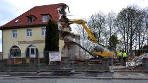 Uusnatsien asuttamaa rakennusta puretaan Zwickaussa Saksassa.