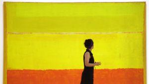 Nainen kävelee taiteilija Mark Rothkon maalauksen ohi.