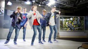New Style Busters -tanssiryhmä tanssii Aamu-tv:n studiossa.