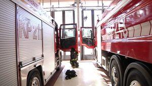 Kuvassa kaksi paloautoa Pietarsaaren paloasemalla.
