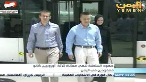 Jemenissä panttivankeina olleet itävaltalainen Dominik N. ja suomalaiset Atte ja Leila Kaleva vapauttamisensa jälkeen.