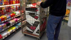 Venäläinen asiakas hakemassa paketteja.