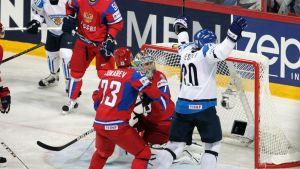 Janne Pesonen tuulettaa Suomen 1-0-osumaa.