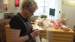 Tekstiilitaiteilija Ulla Sinkkonen.