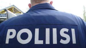 Poliisi selässään POLIISI-teksti.