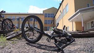 Viialan Keskustan koulu ja polkupyörä maassa.