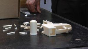 Ajankohtainen kakkonen testasi 3D-tulostimella valmistettua asetta Ikaalisten aseseppäkoulussa.