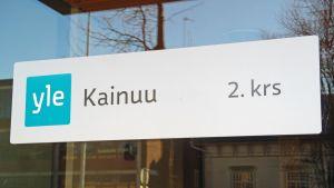 Kyltti Kajaanissa Yle Kainuun toimituksen ovessa.