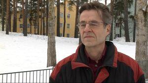 Jussi Sierla toimi pitkään Joensuun Jazzkerhon puheenjohtajana. Sierla on koulutukseltaan lastenpsykiatri.