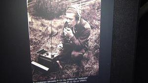 """Radisti käyttää sodanaikaista suomalaista lähiradiota eli lempinimeltään """"kukkopilliä""""."""