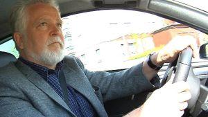 Martti Korhonen mopoauton ratissa