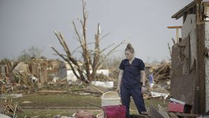 Dana Ulepich tuhoutuneen kotinsa edustalla Mooressa, Oklahomassa 20. toukokuuta 2013.