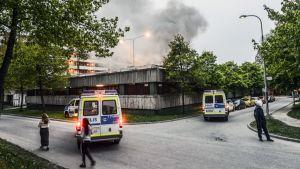 Autot palavat pysäköintialueella Tukholman Husbyssa