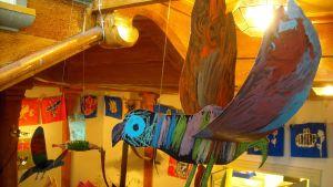 Papukaija lentää Pekkalan kevättnäyttelyssa.