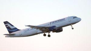 Finnairin lentokone ilmassa.