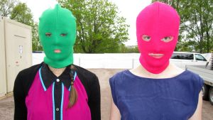 kaksi naamioitunutta naista