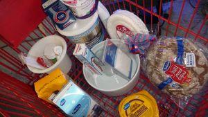 Elintarvikkeita ostoskärryssä.