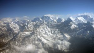 Mount Evrestin huippu (kuvassa keskellä) lentokoneesta kuvattuna 3. huhtikuuta 2013.