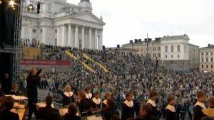Suvivirttä lauletaan Helsingin Senaatintorilla toukokuussa 2003.