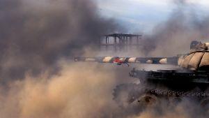 Syyrian armeijan panssarivaunu tulittaa kapinallisten asemia.