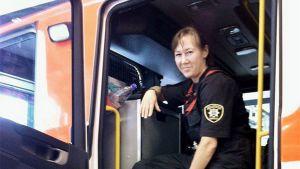 Palomies-sairaankuljettaja Sari Rautiala savusukeltajan paikalla Vantaan pelastusyksikössä.