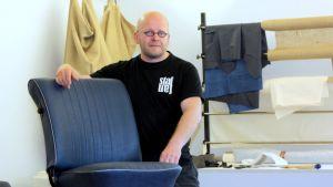 Verhoilijamestari Tapio Tahvanainen ja korjattu kuplavolkkarin istuin