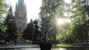 Kevät-suihkulähde Aleksanterin kirkon edessä kesäiltana