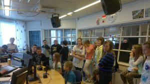 Muurolan koulun viidesluokkalaiset vierailulla Lapin Radiossa.