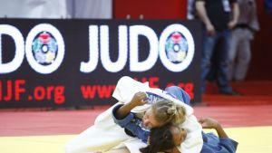 Jaana Sundberg (vas.) sitoo Erika Mirandaa (oik.) Tjumenin turnauksessa.
