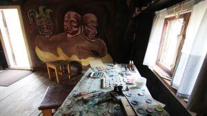 Kalervo Palsan ateljeessa voi aistia taiteilijan läsnäolon. taiteilijan käyttämät välineet ja arkipäivän esineet on aseteltu vanhoille paikoilleen valokuvia apuna käyttäen.