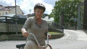 Sara Syyrakki Jysky-pyörän selässä.