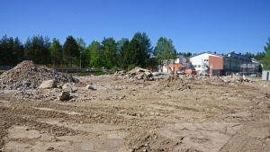 Korkalovaaran kansakoulun rakennus eli tuttavallisesti Miehentien ala-aste on enää muutama sora- ja betonikasa .