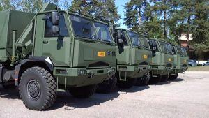Suomen armeijalle toimitettuja Sisu kuorma-autoja.