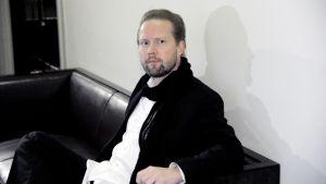 Pekka Himanen menossa eduskunnan perustuslakivaliokunnan kuultavaksi perjantaina.