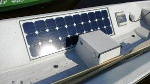Aurinkopaneeli veneessä