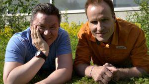 Miki Wallenius ja Mikko Kekäläinen nurmikolla
