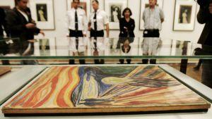 """Edward Munchin teos """"Huuto"""" kuvattuna vitriinissä Oslon Munch-museossa 22. elokuuta 2004."""